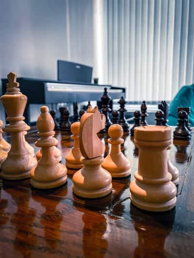 Schach und Klavier im Büro von Platri