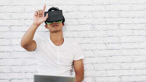 Mann spielt Game mit Virtual Reality Brille