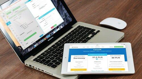 Geöffnete Web-Apps auf Laptop und Tablet