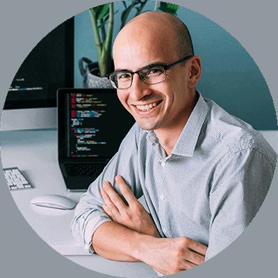 Mann nimmt an Programmierer Ausbildung teil