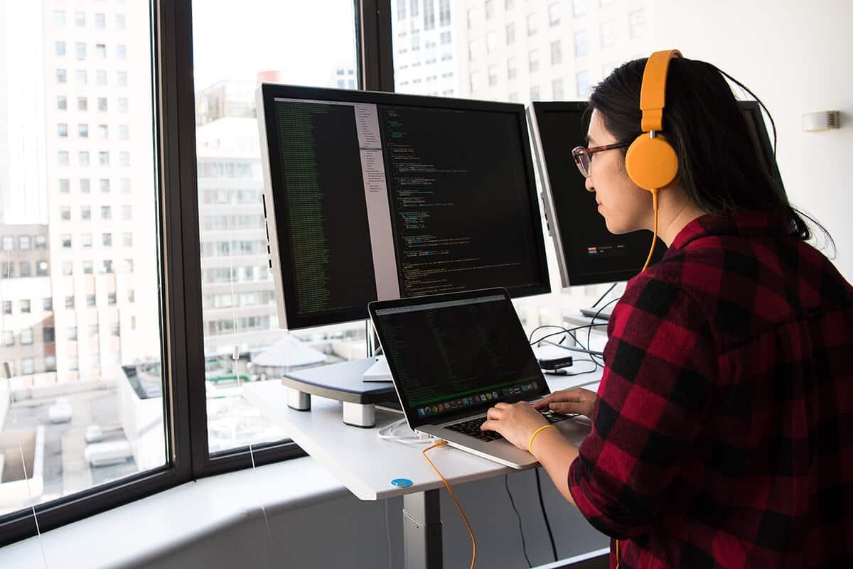 Programmiererin am Computer
